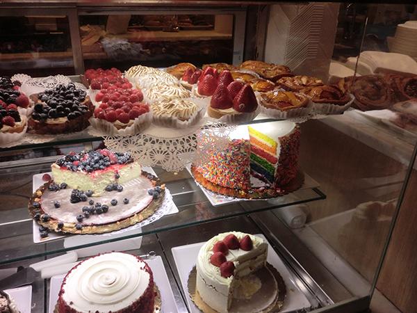 プラザホテルのカラフルなケーキが楽しい