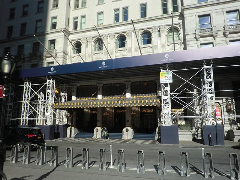 工事中のプラザホテルの色彩